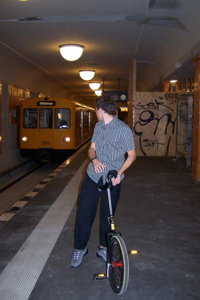 Berlin Rosenthaler Platz, die U-Bahn fährt ein